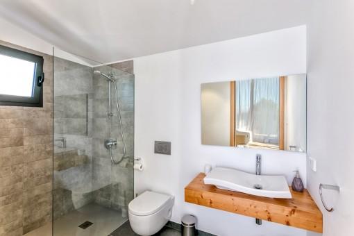 Das Hauptschlafzimmer bietet ein Badezimmer en Suite