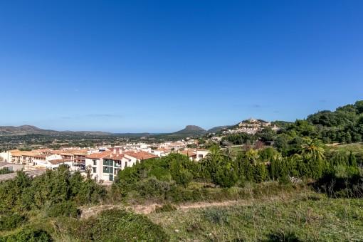 Wundervoller Blick über die Berge und zur Burg von Capdepera