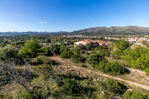 Das Grundstück befindet sich zwischen den Ortschaften Capdepera und Cala Ratjada