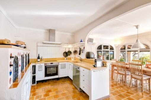 Voll ausgestattete und offene Küche