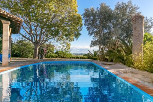 Fantastischer Poolbereich mit Landschaftsblick