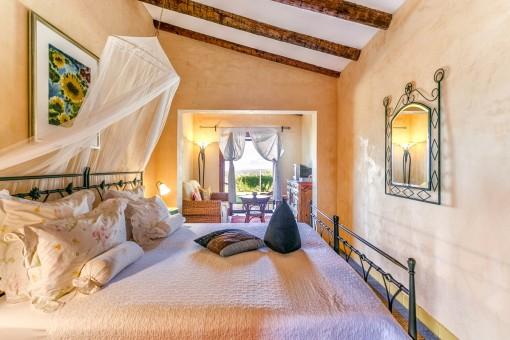 Gemütliches Schlafzimmer mit Wohnbereich