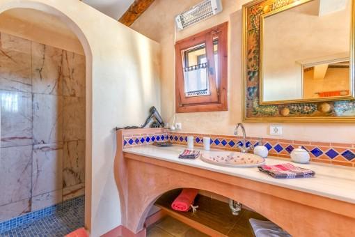 Mediterranes Badezimmer mit ebenerdiger Dusche
