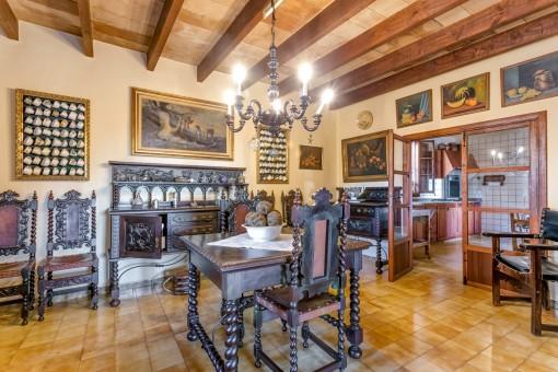 Essbereich mit altertümlichen Mobilar und Zugang zur Küche