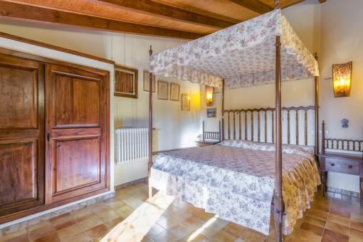 Weiteres traditionelles Schlafzimmer mit Einbauschrank