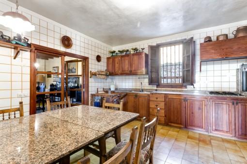 Große, rustikale Küche mit Essbereich