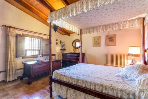 Uriges Schlafzimmer mit Himmelbett und Heizung