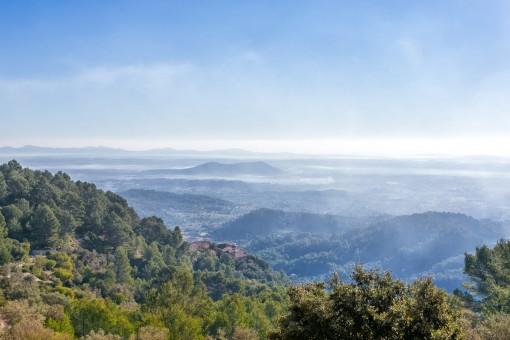 Antemberaubender Panoramablick über die bergige Landschaft