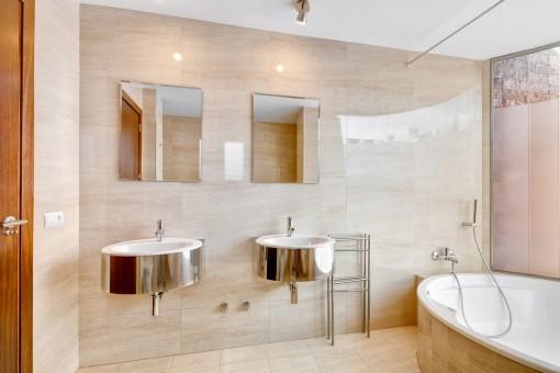 Nobles Badezimmer mit Badewanne und Tageslicht