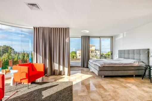 Großzügiges Hauptschlafzimmer mit fantastischer Glasfront