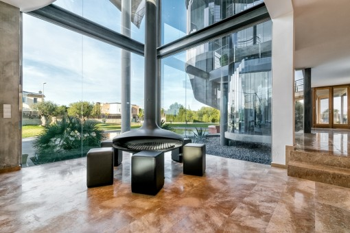 Stilvoller Entspannungsbereich mit Blick in den Garten und Kamin