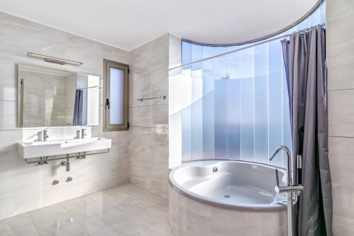 Eines von 5 Badezimmern mit komfortabler Badewanne