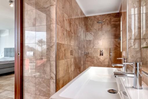 Hauptbadezimmer en Suite mit Dusche