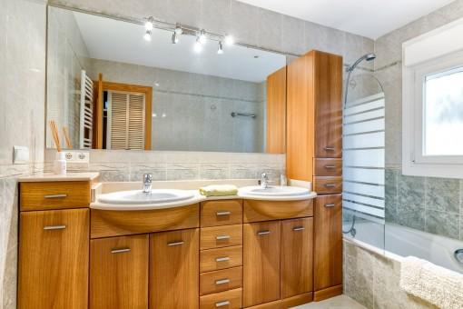 Badzimmer mit Badewanne und Tageslicht
