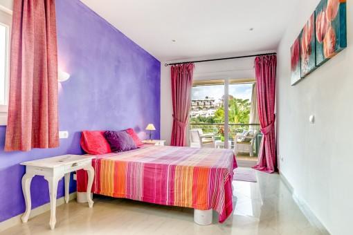 Farbenfrohes Schlafzimmer im ersten Stockwerk