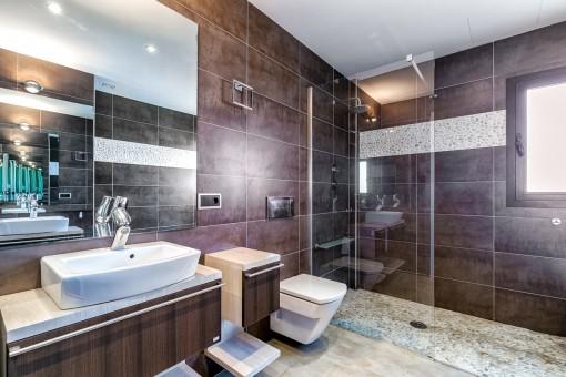 Badezimmer mit luxuriöser Duschkabine