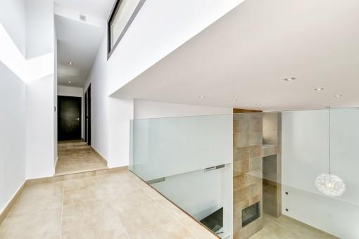 Offener Korridor mit Zugang zu den Zimmern