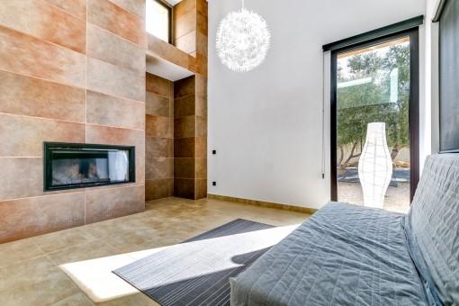Alternative Ansicht des Wohnbereichs mit Kamin