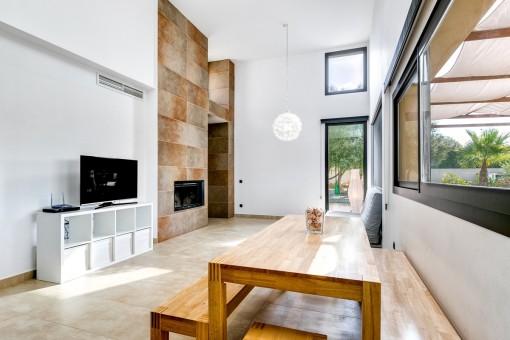 Offener Wohnbereich mit Zugang zur Terrasse