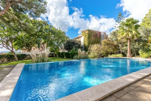 Helle und große Duplexwohnung mit eigenem Gartenanteil und Gemeinschaftspool