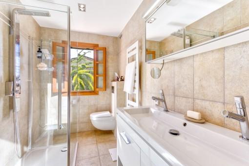Hauptbadezimmer mit ebenerdiger Dusche