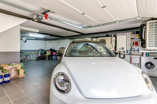 Das Haus bietet eine große Garage