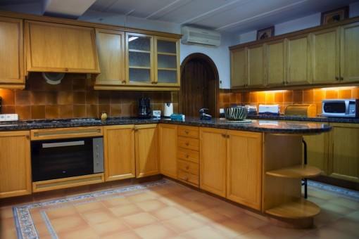 Die Küche bietet viel Stauraum