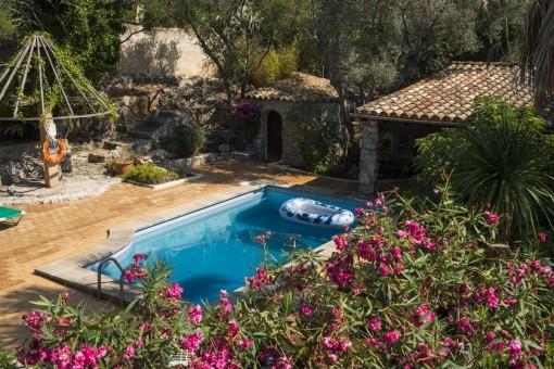 Ansicht von dem Poolbereich und Poolhaus