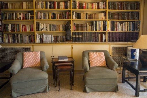 Kleine Bibliothek mit Sesseln