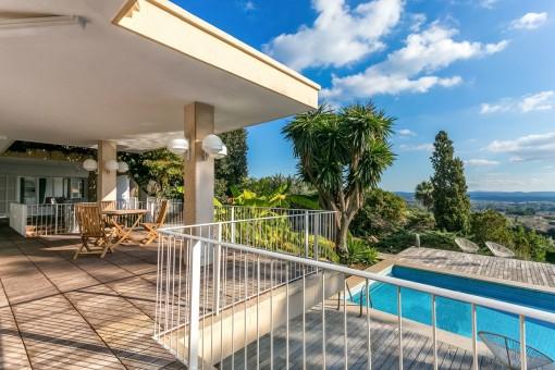 Die Villa bietet verschiedene Sitzecken auf der Veranda