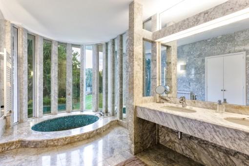 Das Hauptbadezimmer aus Marmor
