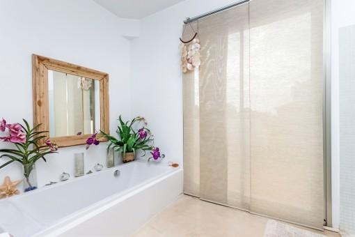 Hübsches Badezimmer mit Badewanne und Tageslicht