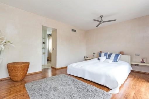 Freundliches Schlafzimmer mit Ankleidezimmer en Suite