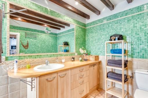 Farbenfrohes Badezimmer mit Mosaikelementen