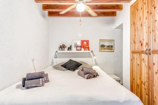 Kleines Gästeschlafzimmer mit Doppelbett