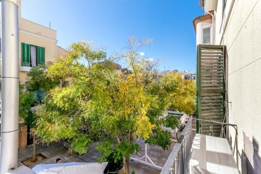 Französischer Balkon mit Blick auf die Restaurants