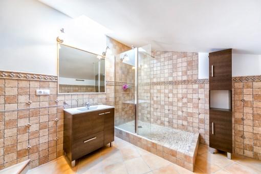 Eines von 3 Badezimmern mit Dusche
