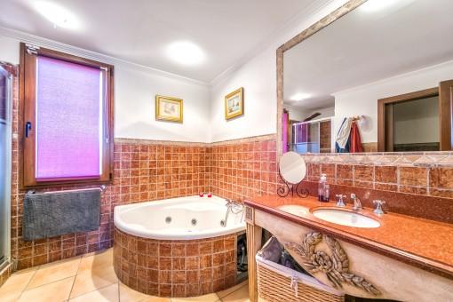 Großzügiges Badezimmer mit Dusche und Eckbadewanne
