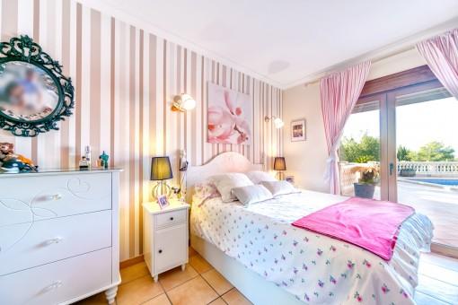 Hübsches Kinderzimmer mit Terrassenzugang