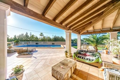 Loungebereich auf der teilweise überdachten Terrasse