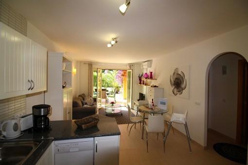 Voll ausgestattete Küche mit offenem Wohn-/Essbereich