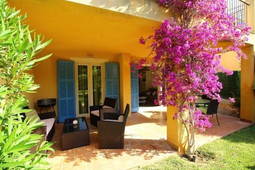 Strandnahe Terrassen-Wohnung mit Garten und Gemeinschaftspool in Cala Mandia
