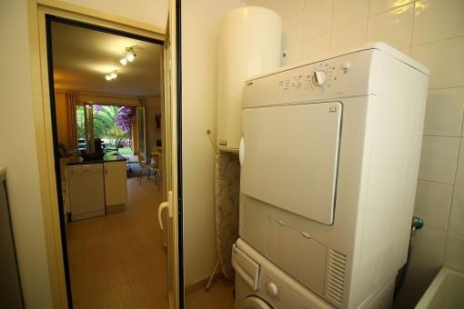 Hauswirtschaftsraum mit Waschmaschine und Trockner