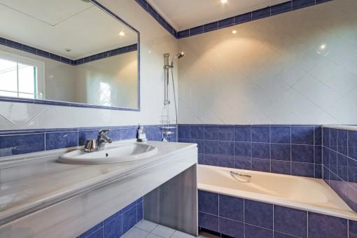Das zweite Badezimmer en Suite mit Badewanne