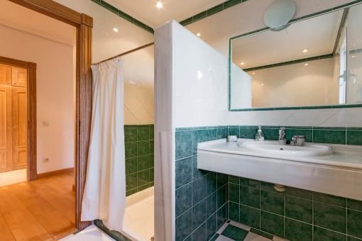 Badezimmer en Suite mit Dusche und grünen Fliesen