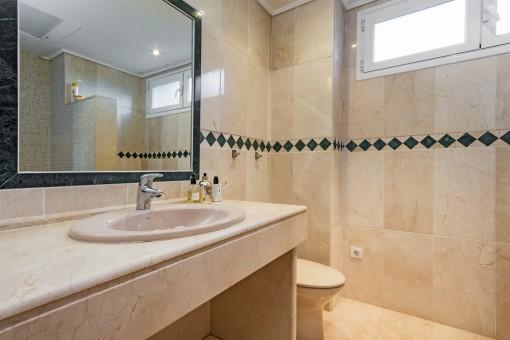 Eines von 3 Badezimmern en Suite