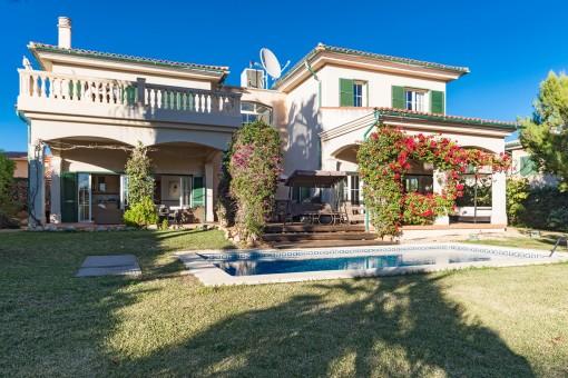 Außenansicht der Villa vom Garten aus