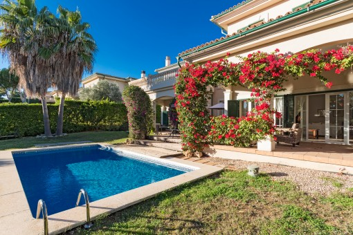 Komfortable, mediterrane Villa mit weitläufigem Garten in der Nähe des Strandes in Cala Vinyas