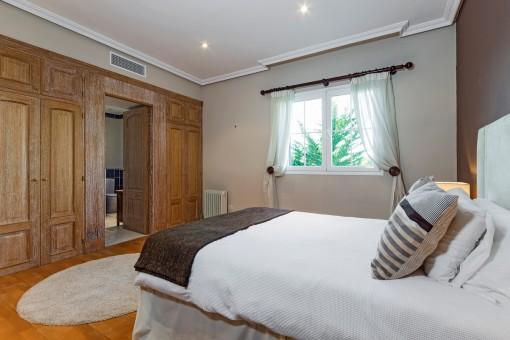 Schönes Doppelschlafzimmer mit großem Einbauschrank