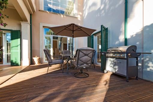 Terrasse mit Essbereich und Grill
